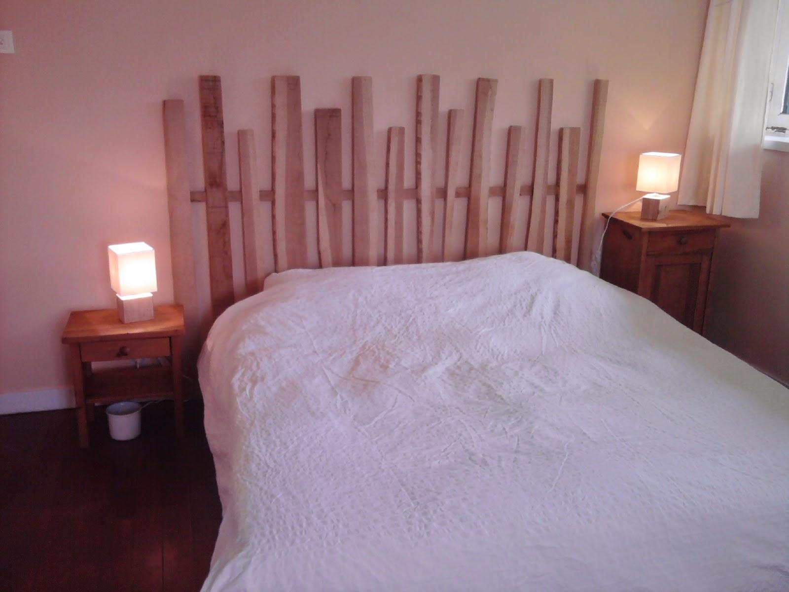 Son lit avec ses lampes et sa tête de lit en bois, fabrication maison :