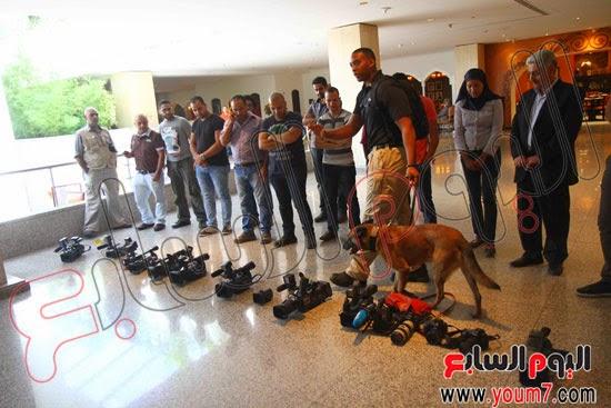 ضابط أمريكى يفتش المصورين المصريين بواسطة كلب