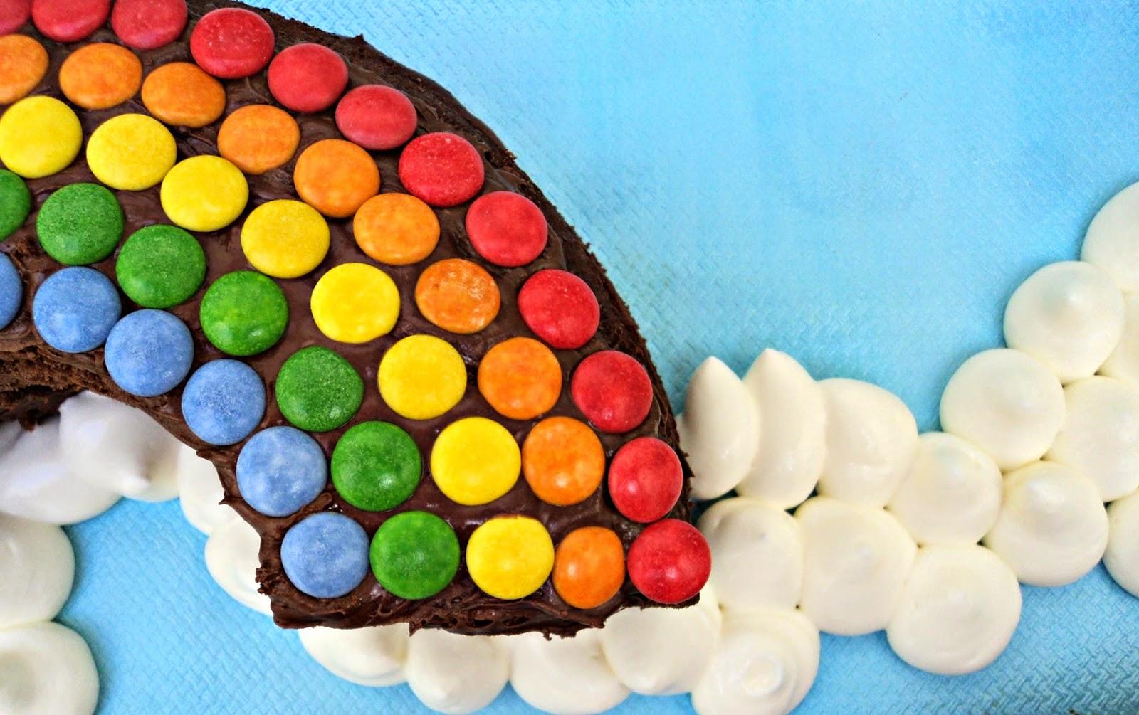 Tarta de cumpleaños en forma de sol y arco iris