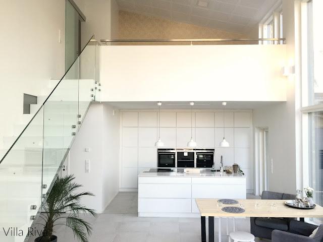 keittiö, lasikaide, portaat, kvik, kivitalo