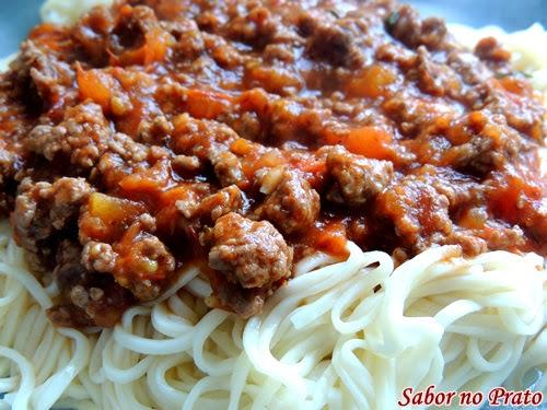 Receita de Espaguete à Bolonhesa muito fácil de fazer (com massa caseira).