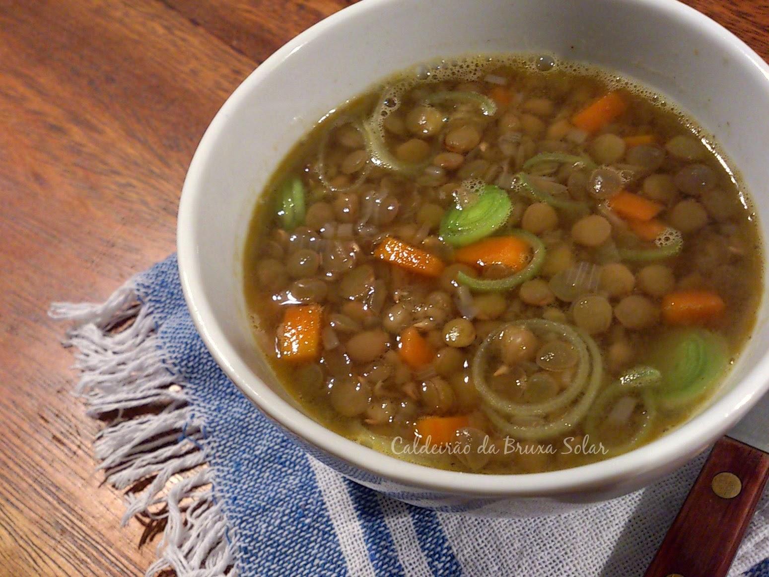 Sopa de lentilha com cenourinha e alho poró