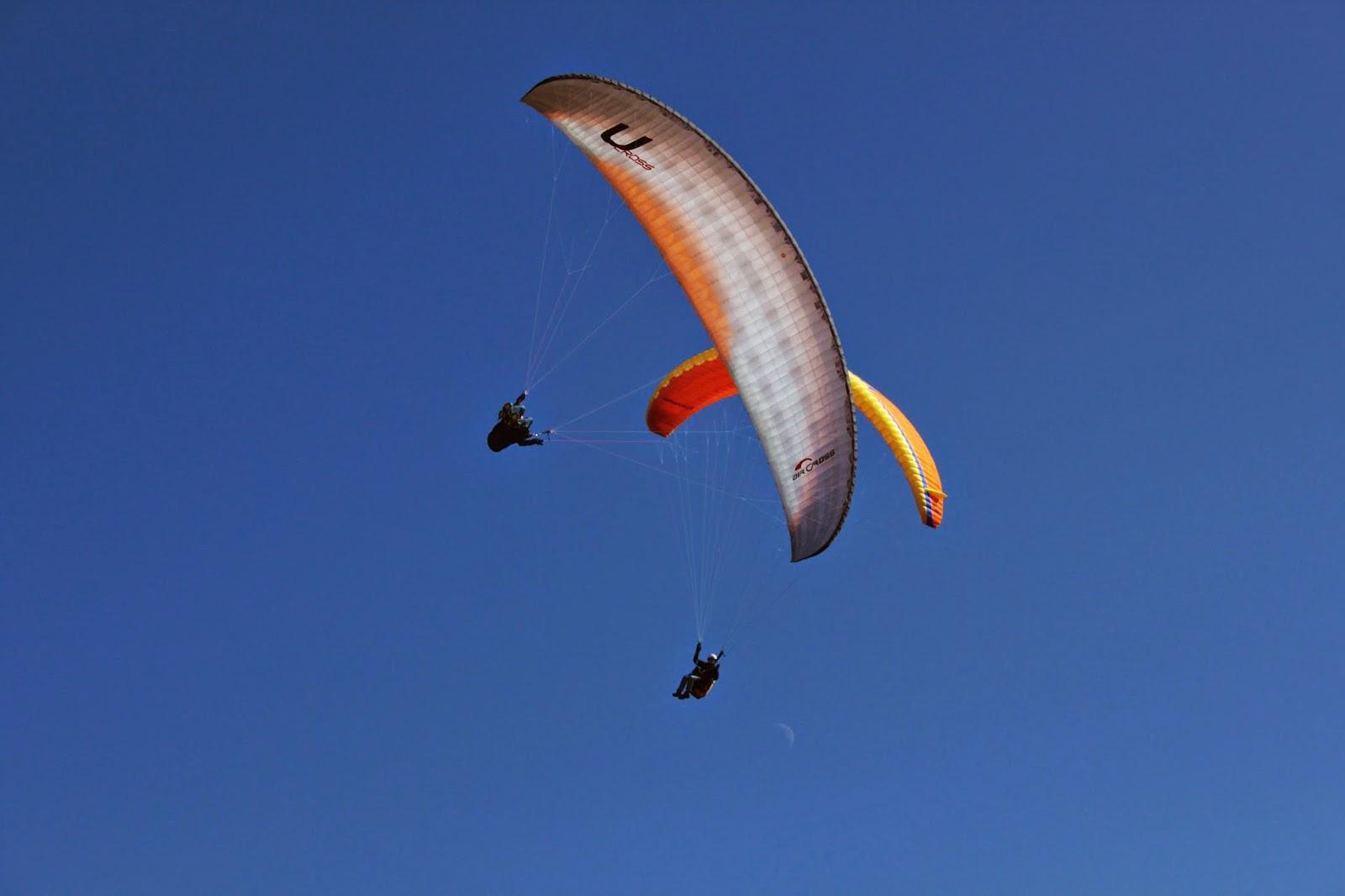 Deux parapentes dans le ciel breton