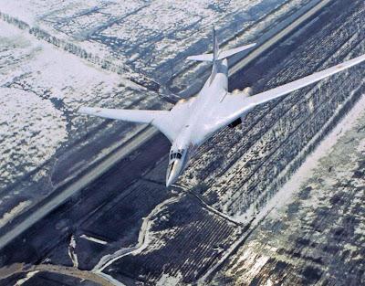 Отработка дозаправки в воздухе. Ту-160 отходит от танкера Ил-78.