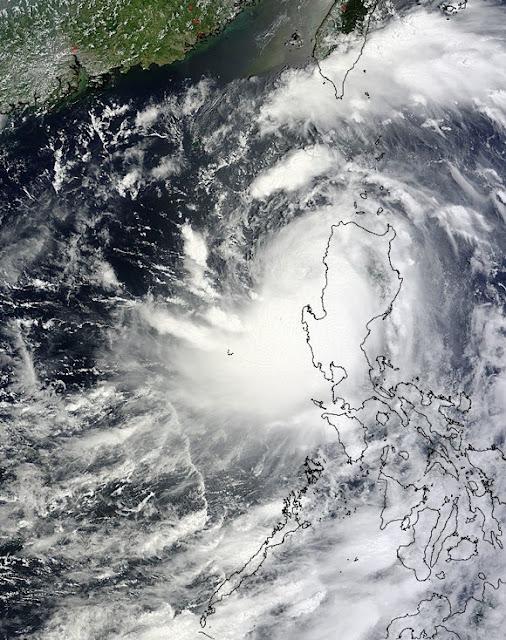 Thiết bị MODIS trên vệ tinh Terra của NASA đã chụp hình siêu bão Utor khi nó rời khỏi nước Phi Luật Tân vào ngày 12/8 lúc 2 giờ 55 phút sáng (giờ UTC) tức là 9 giờ 55 phút sáng (giờ Việt Nam) khi tâm bão nằm gần vịnh Lingayen ở hướng tây bắc so với đất nước. Credit : Đội Phản ứng nhanh NASA Goddard MODIS.