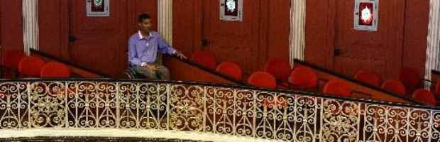 cadeirante sentado no fundo de um teatro