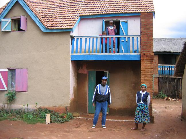 Ma passion madagascar et sa soie et si on parlait d for Maison traditionnelle malgache