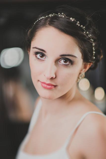 Delikatna tiara ślubna z perłami.