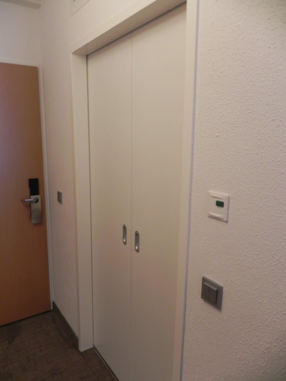 porta do banheiro acessível é do tipo correr possuindo fácil  #654533 1200x1600 Banheiro Acessivel Norma 9050