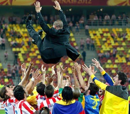 Diego Cholo Simeone manteado por sus jugadores Atlético de Madrid campeones de Europa League