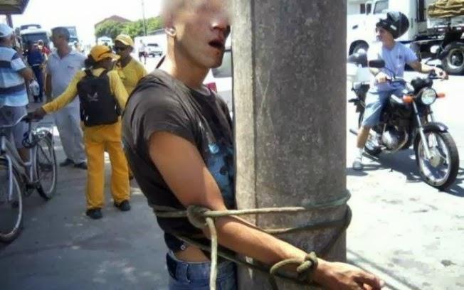 Bandido  é amarrado no poste depois de assaltar lanchonete