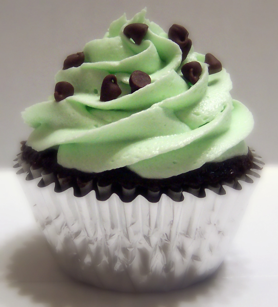 Mint Chocolate Chip Cupcakes | Virtually Homemade: Mint Chocolate Chip ...