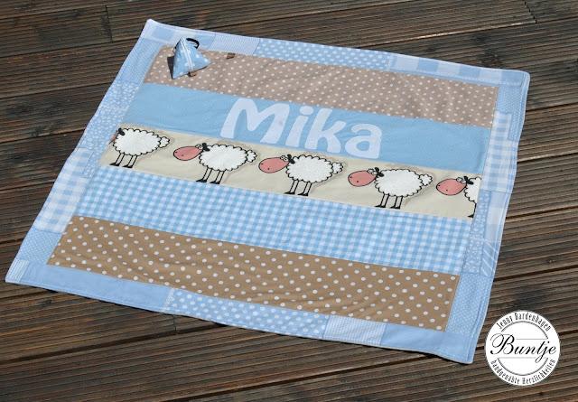 Babydecke Kuscheldecke Krabbeldecke Decke Baby Einschlagdecke Baumwolle Fleece Name handmade hellblau beige Buntje Schnullertäschchen nähen