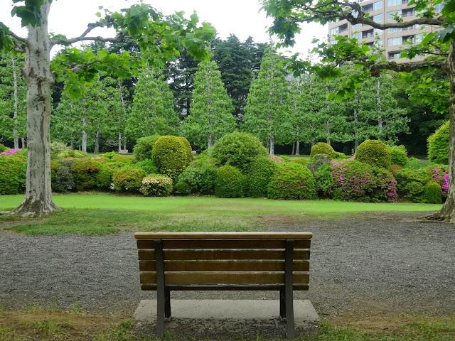 ベンチとフランス式庭園,新宿御苑〈著作権フリー無料画像〉Free Stock Photos