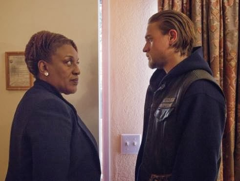 SONS OF ANARCHY 6th Season Finale Review - CCH Pounder and Charlie Hunnam in Sons of Anarchy