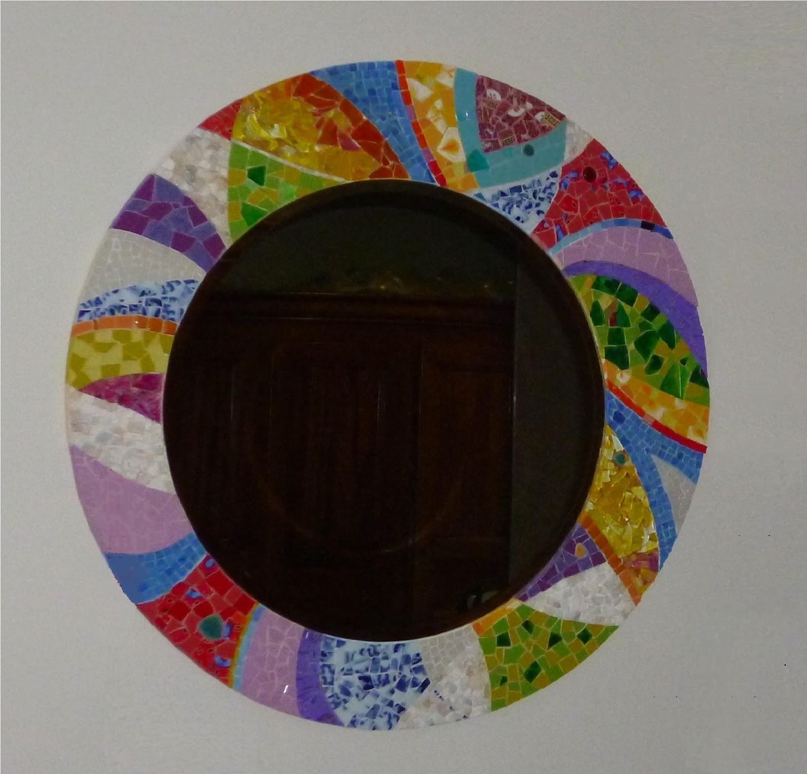 vente et création sur commande d'un miroir rond en mosaique style contemporain abstrait rouge vert bleu jaune pâte de verre tesselles marbre verre coloré smalt