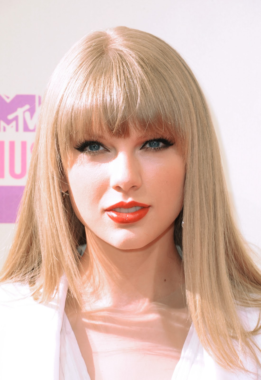http://3.bp.blogspot.com/-7V1KGmYod_k/UE9pN5E87tI/AAAAAAAABgs/u9VB33w2GtM/s1600/Taylor+Swift+Red+Carpet+Look.jpg