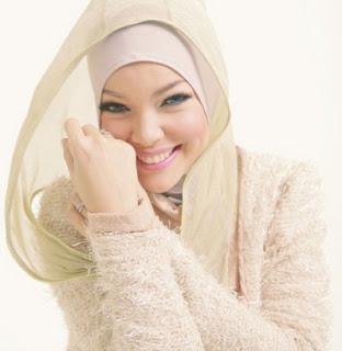 Trend Model Hijab Modern Ala Dewi Sandra