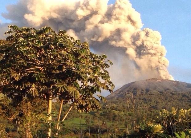 Aeropuerto de Costa Rica reanuda operaciones tras caída de ceniza