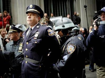 20 Foto Penuh Emosi Yang Membuat Terharu Polisi Menahan Polisi