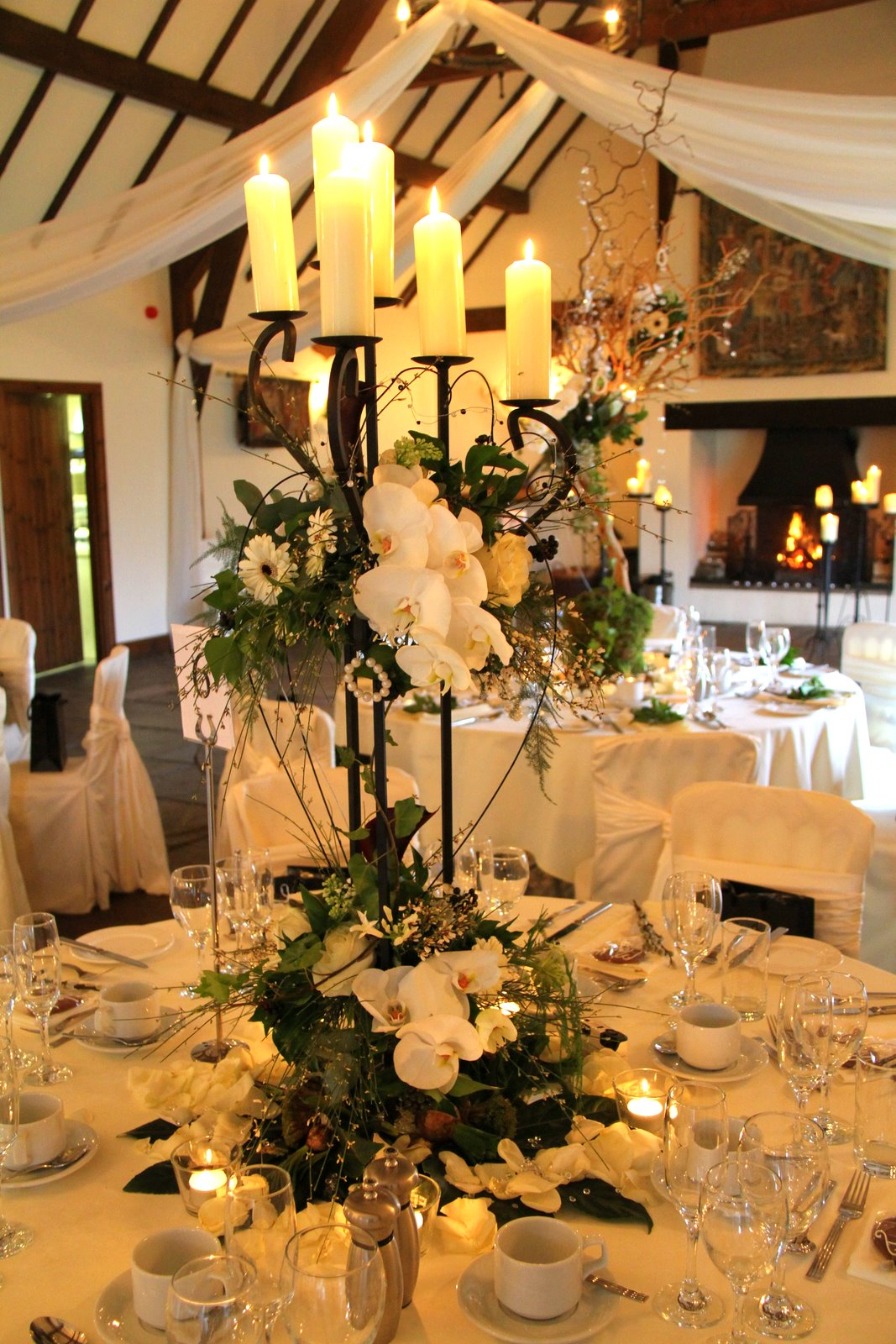 Flower design table centrepieces flower design events two for Black table centrepieces