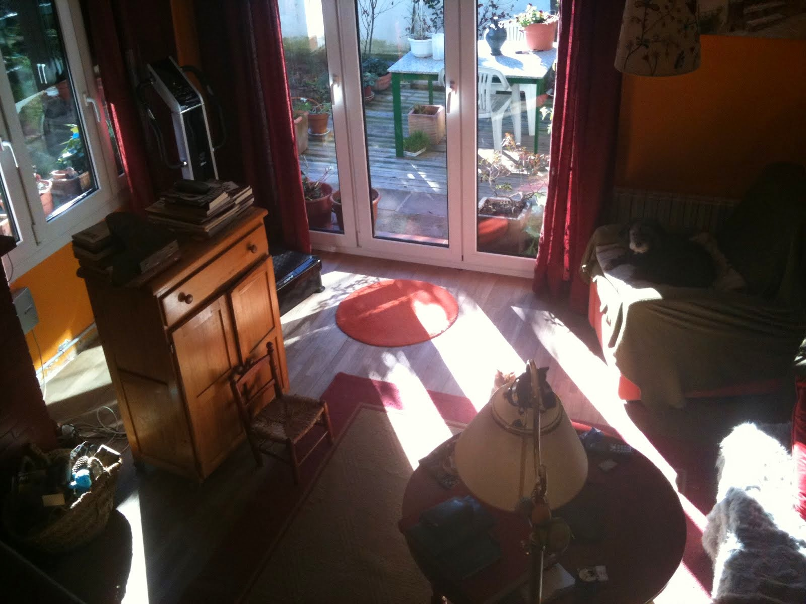 sala molt lluminossa i asoleiada
