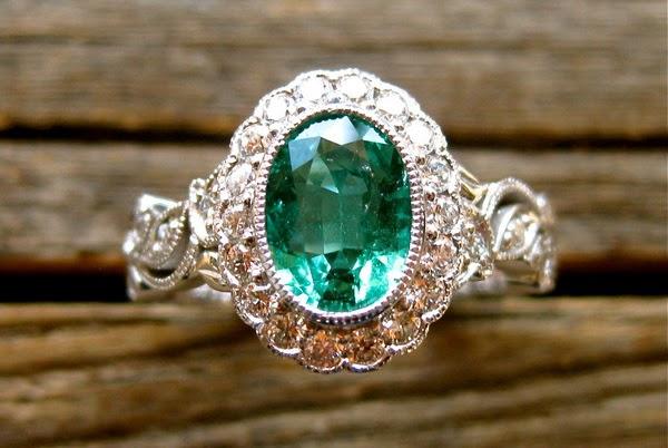 пръстен за годеж със скъпоценни камъни