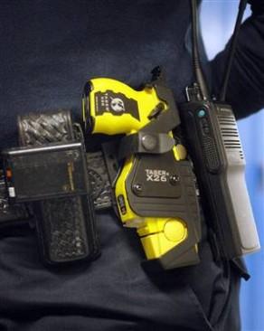 В Великобритании полиция применила электрошок против слепого мужчины, который шел по улице со специальной тростью.