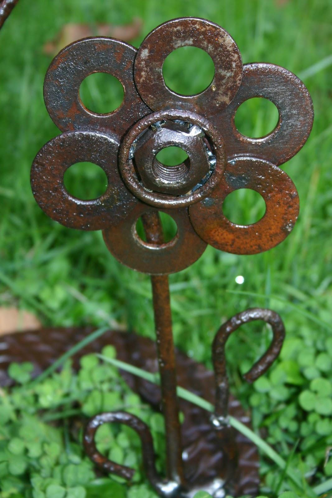 Kathi 39 s garden art rust n stuff it is begining to look for Welded garden art designs