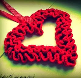 http://translate.google.es/translate?hl=es&sl=en&tl=es&u=http%3A%2F%2Fwouldyoulikeyarnwiththat.blogspot.com.es%2F2012%2F02%2Fruffle-valentine-wreath-free-pattern.html
