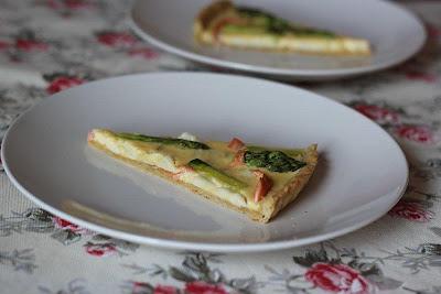 Tarta ze szparagami, łososiem i kozim serem (Bajeczne smaki)