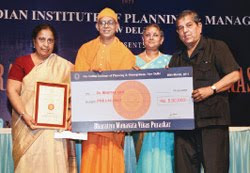 Dr. Kiran Bedi being awarded