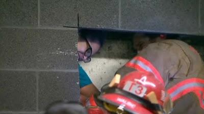 Wanita terperangkap di celah ruang sempit