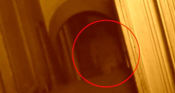 Aφήστε με έξω! φωνάζει φάντασμα σε μια παλιά εκκλησία!!! Δείτε το βίντεο