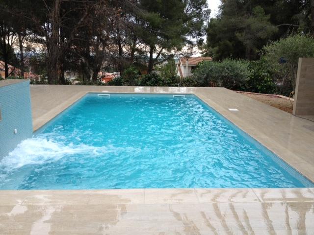 Rosa gres una piscina con look madera - Piscinas de madera semienterradas ...