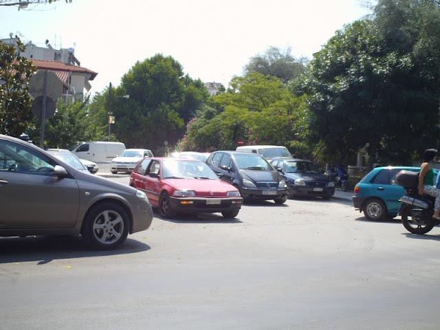 Μη τα κοιτάτε, παρκαρισμένα είναι στη μέση του δρόμου