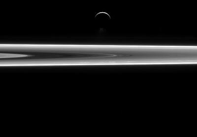 Фонтаны Энцелада на фоне колец Сатурна
