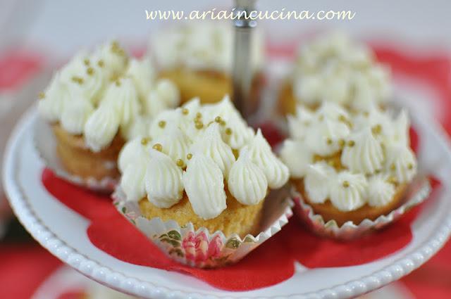 Blog di cucina di Aria: Cupcakes al miele con frosting al burro per un dì di festa
