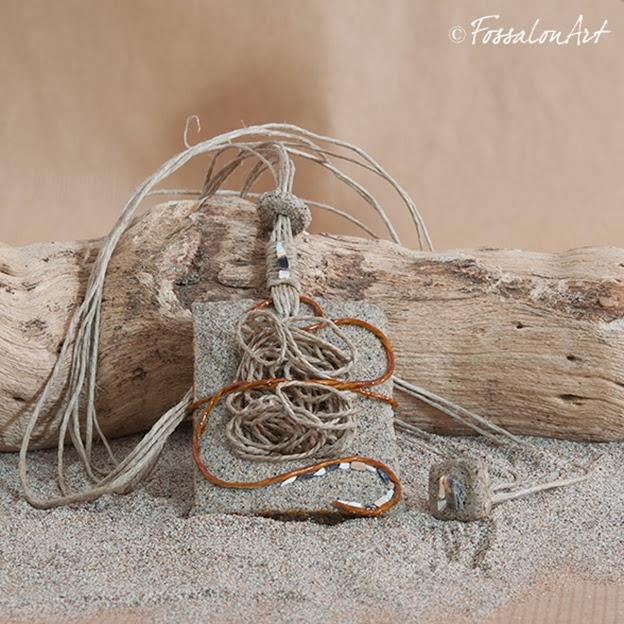 Ciondolo in corda, sabbia e frammenti di conchiglie