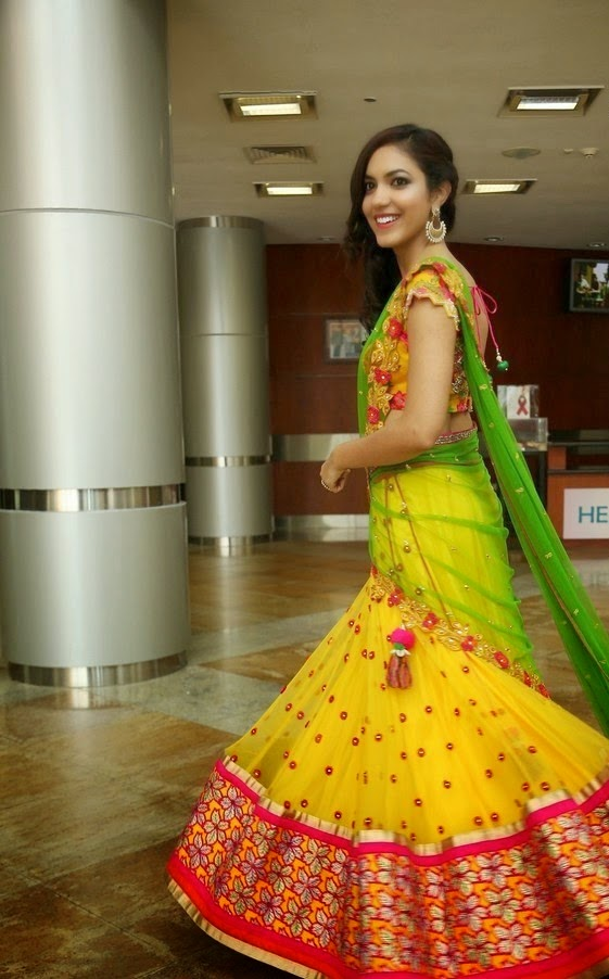 ritu verma hot backless saree pics