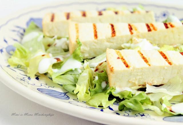 Saláta grillezett sajttal