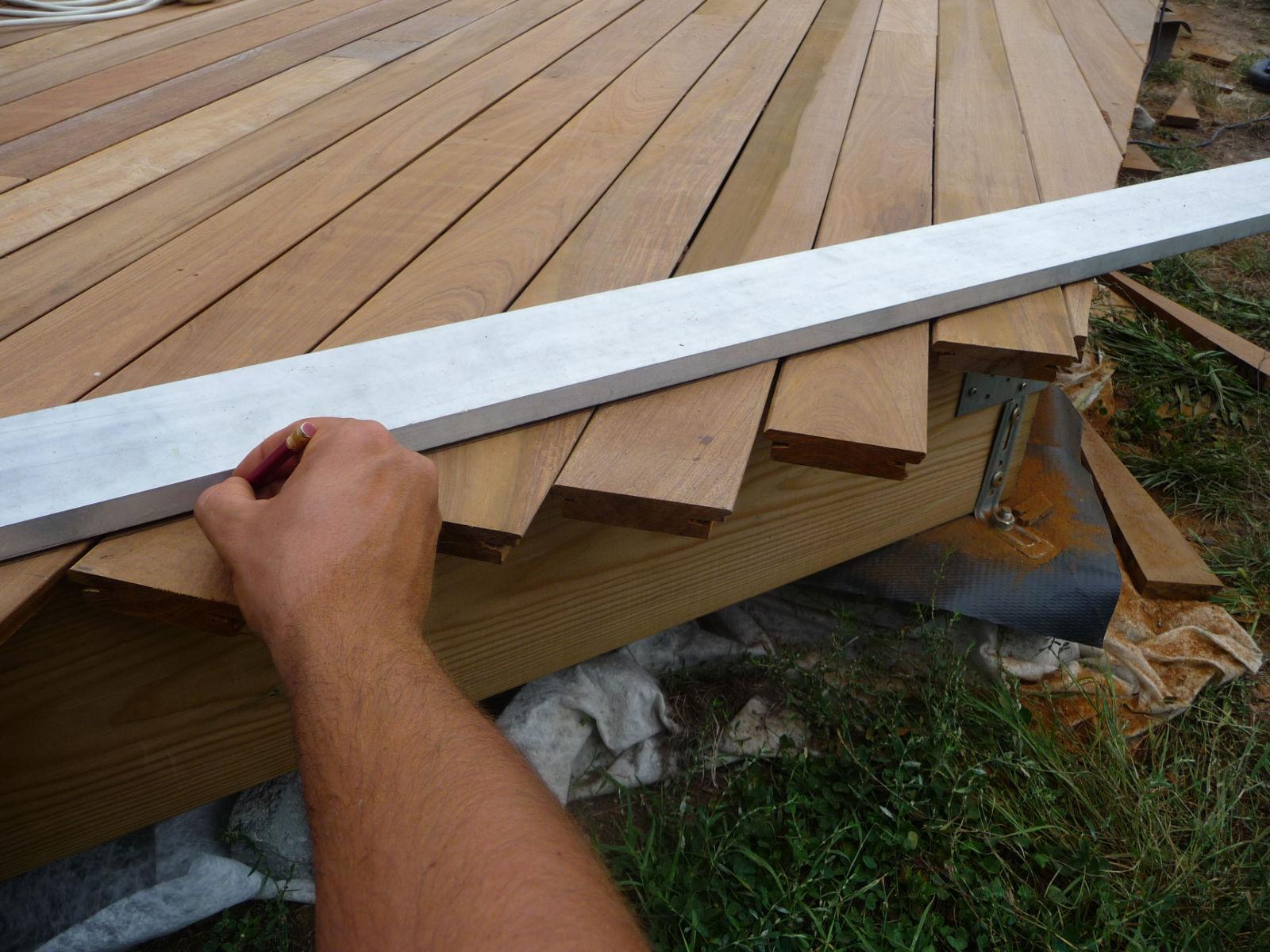 Construction dune terrasse en bois Pose des lames de bois[R