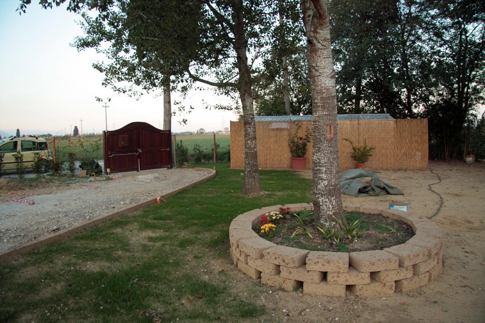 Costruire aiuola in tufo trattamento marmo cucina for Mattoni tufo giardino