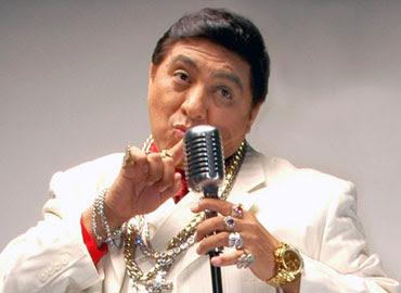 Huicho Domínguez con micrófono en mano