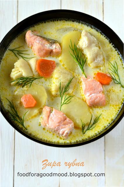 Zawsze mi się wydawało, że dobra zupa rybna, to dopiero jest wyzwanie! Bo mąż nie lubi, bo jest ryzyko natknięcia się na ość, bo to takie w gruncie rzeczy niepopularne danie... A tu proszę, miłe zaskoczenie :) Łosoś wespół z dorszem, trochę warzyw i odrobina białego wina. A wszystko zanurzone w aromatycznym bulionie z dodatkiem nasion kopru włoskiego, i kwaśnej śmietany. I nagle okazuje się, że mężowi smakuje... Nawet bardzo :)