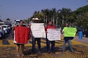 Se mafiestan en el asta bandera trabajadores del sector salud en contra de funcionarios