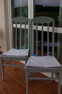 Balkonowe krzesła i podkładki.
