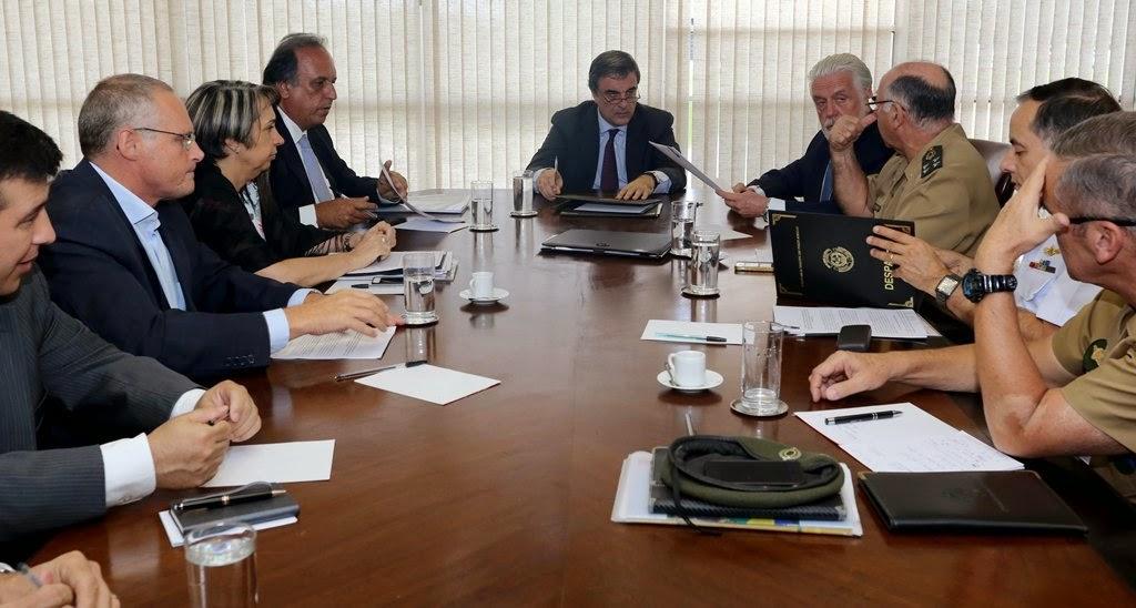 Pezão e ministros da Justiça e Defesa assinam protocolo para prorrogação da Força de Pacificação na Maré RJ
