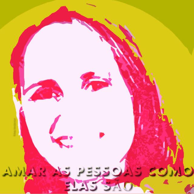Gravura colorida. De frente, detalhe do rosto de Patrícia Finato, levemente inclinado para a esquerda da imagem, delineado diferentes tons claros e escuros de cor-de-rosa e branco. Ela sorri, tem cabelos curtos, alongados até o pescoço. Ao redor do rosto, o fundo em dois tons de ocre, o mais claro circula o rosto e o mais escuro está acima da cabeça. Ocupando parte inferior da imagem,  centralizadas, volumosas e sombreadas, sobressaindo da imagem a frase AMAR AS PESSOAS COMO ELAS SÃO.