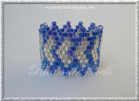 anello in peyote con disegno a rombi concatenati
